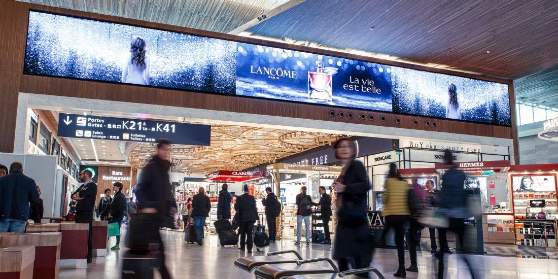 Aéroport Charles de Gaulle : un nouveau dispositif DOOH de 80m² avec JCDecaux